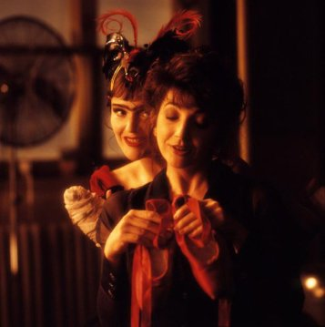 line-the-cross-and-the-curve-1993-001-miranda-richardson-behind-kate-bush-holding-red-shoes