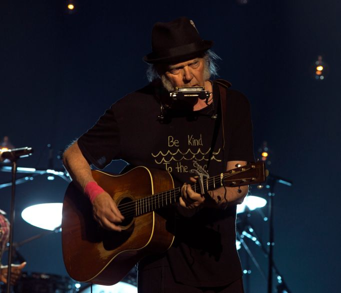 NEIL-YOUNG-WITH-ACOUSTIC-GUITAR-PHOTO-BY-JULIE-GARDNER